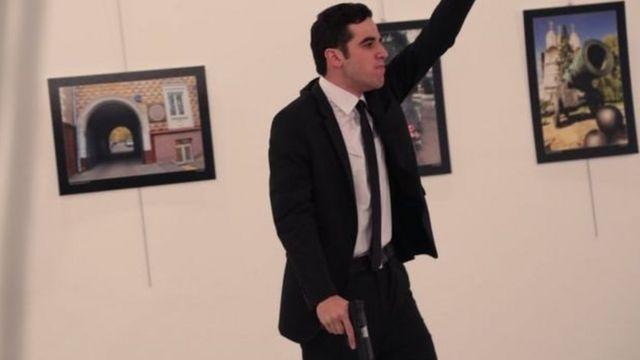 হত্যাকাণ্ডের পর হামলাকারী হাত উঁচু করে সিরিয়ায় রাশিয়ার ভূমিকার প্রতিবাদ করছে