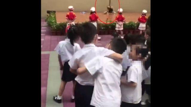 أطفال يشاهدون عرض لرقص العمود
