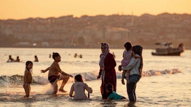 İstanbul'da denize giren Suriyeliler