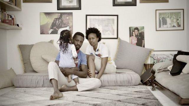 Bobi Wine n'umugore we bafungiye mu rugo n'umwana bavuga ko yari yaje kubasura