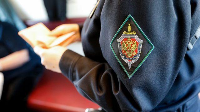 Соттрудник ФСБ проверяет документы (архивное фото, октябрь 2017)