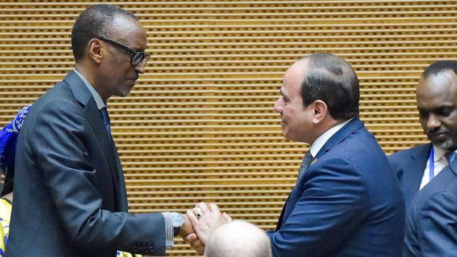 Prezida Pauld Kagame w'u Rwanda (i bubamfu) n'uwa Misiri, Fatah Al Sisi (i buryo) mu nama y'ishirahamwe ry'ubumwe bwa Afrika itariki 10/02/2019