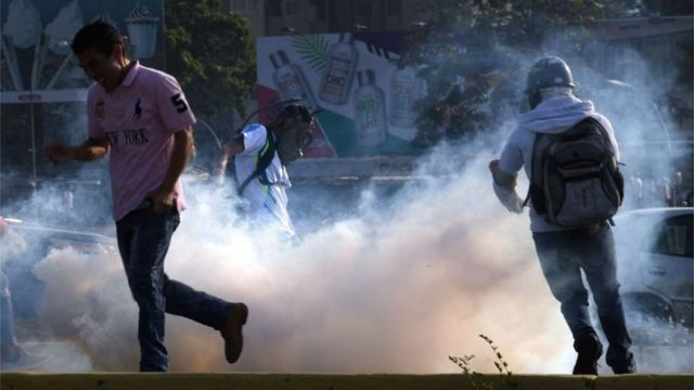 Bombas de gás lacrimogêneo lançadas pelas forças de segurança em Caracas em 30 de abril