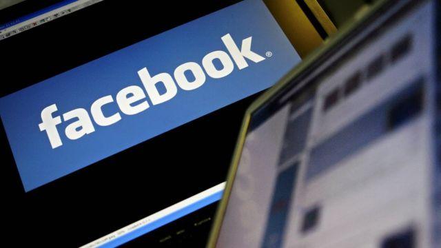 شعار فيسبوك وجهاز حاسوب متنقل