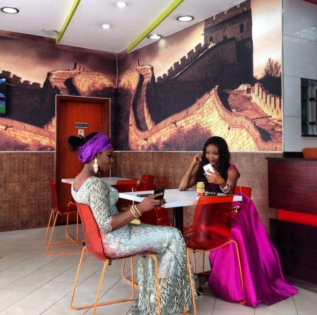İki gənc qadın selfie çəkdirir - Nigeriya