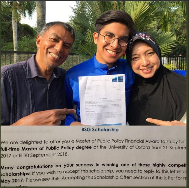 ไซเอ็ด ซาดิก โพสต์ภาพนี้ทางทวิตเตอร์ เพื่อแจ้งว่าเขาได้รับทุนเรียนต่อปริญญาโท จากมหาวิทยาลัยออกซ์ฟอร์ด ในภาพถ่ายรูปคู่กับพ่อและแม่
