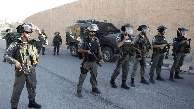 Soldados israelíes al borde del muro