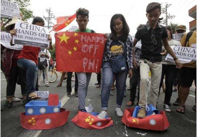 中国の人口島建設に抗議するフィリピンの学生たち(今月3日、マニラ)