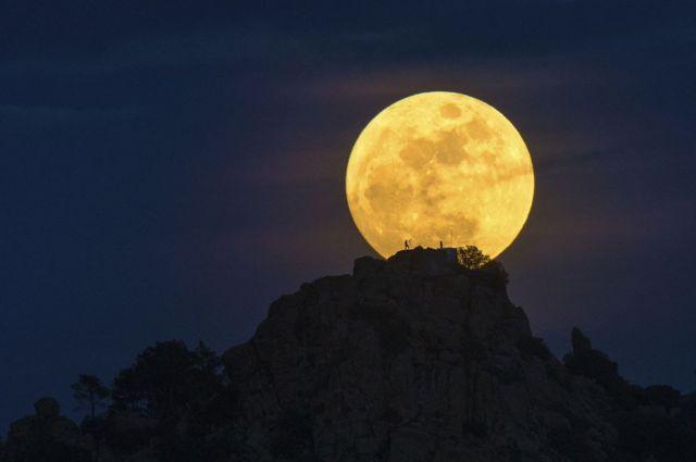 Hombre en la Luna de Dani Caxete