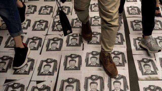 Người biểu tình Hong Kong dẫm lên chân dung Chủ tịch Trung Quốc Tập Cận Bình