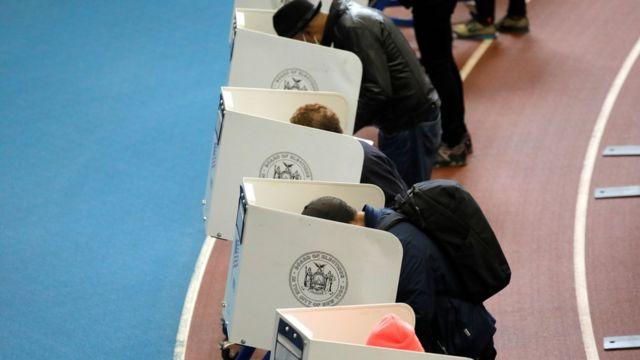 Pessoas votando no Brooklyn, em Nova York
