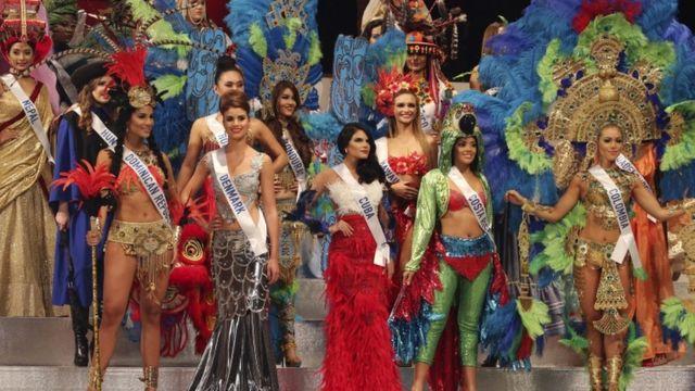 عدد من المتسابقات وهن في الصف الأول من اليمين ملكة جمال كولومبيا ثم كوستا ريكا، تليها ملكة جمال كوبا، ثم ملكة جمال الدانمارك ثم ملكة جمال الدومينكان.
