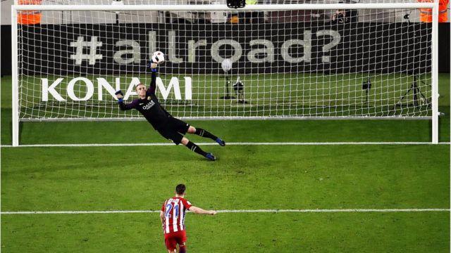 المهاجم الفرنسي كيفين غاميرو يهدر ركلة جزاء لأتليتكو مدريد