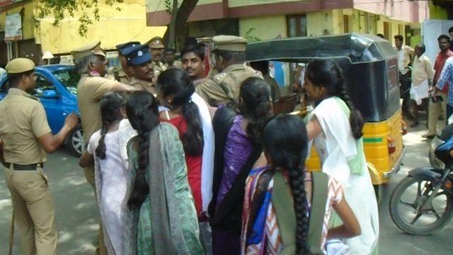 போராட்டங்களின் போது பெண்கள் கையாளப்படும் விதம் குறித்த சர்ச்சை அதிகரித்துள்ளது