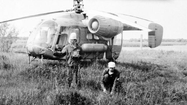 Геннадий Лаптев (ўнгда) 1986 йил ҳар куни тикучар билан реактор портлашидан зарар кўрган зоналардан тупроқ ва сув намуналарини олиб келарди