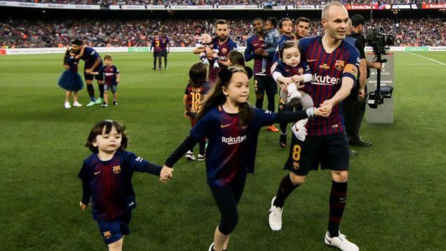 Iniesta with mascots