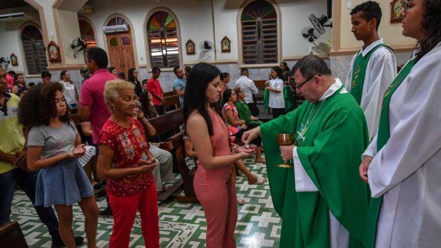 El obispo brasileño Wilmar Santin (segundo a la derecha) ofrece misa en la Catedral de Santana en Itaituba, estado de Pará, Brasil, en la selva amazónica, el 8 de septiembre de 2019