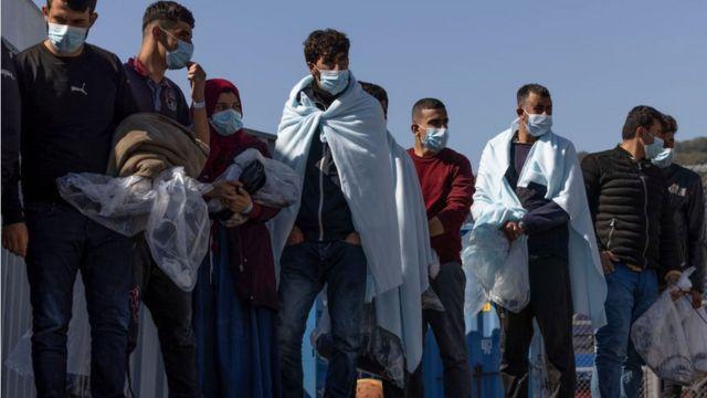 La Fuerza Fronteriza lleva a un grupo de migrantes a los muelles de Dover, Inglaterra, el 8 de septiembre de 2021.