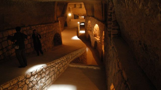 Qanat atau saluran air bawah tanah.