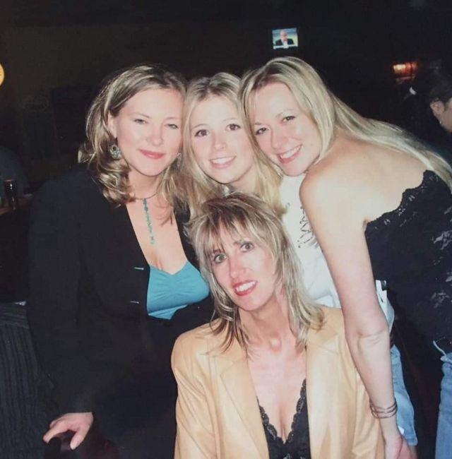 Carlson (izqda.) con su madre Linda Haythorne (debajo) y sus hermanas Chelsea (centro) y Tara.