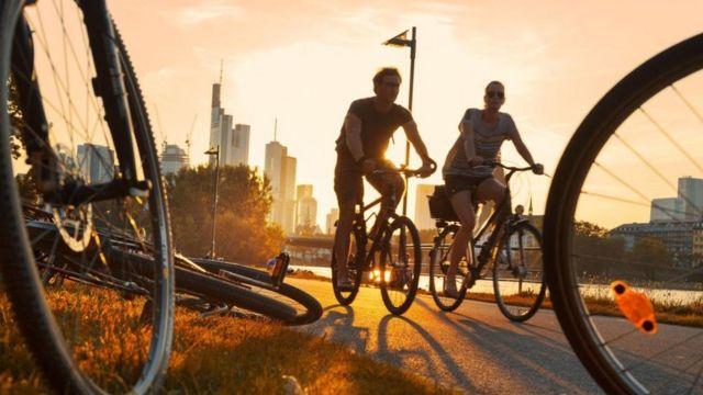 العديد من الناس في فرانكفورت يتوجهون إلى العمل باستخدام الدراجات الهوائية