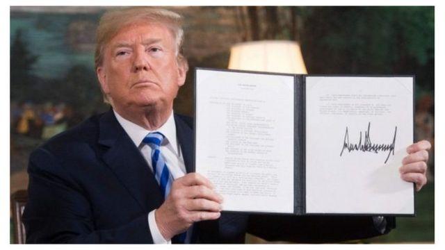 دونالد ترامب يحمل وثيقة توقيعه على الانسحاب من الاتفاقية