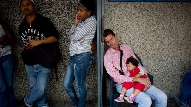 Fila para entrar em supermercado em Caracas