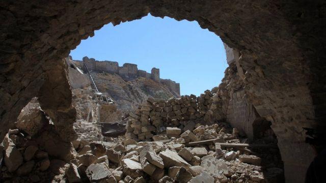 حلب که زمانی کانون تجاری و صنعتی سوریه بود از سال ۲۰۱۲ تقریبا به دو قسمت غربی - تحت کنترل دولت - و شرقی - تحت کنترل شورشیان - تقسیم شده است.