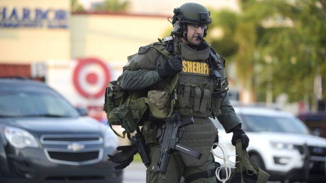 重装備の警察特殊部隊が投入された(12日)