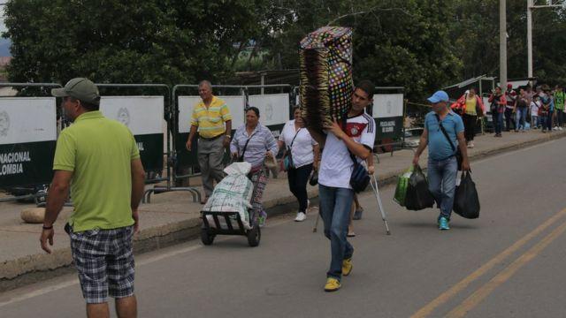 Compradores venezolanos regresando de Cúcuta.