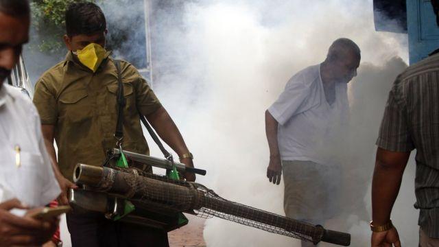 مسؤولون بوزارة الصحة الفيتنامية يرشون المبيدات في الطرقات لقتل الناموس الناقل للفيروس
