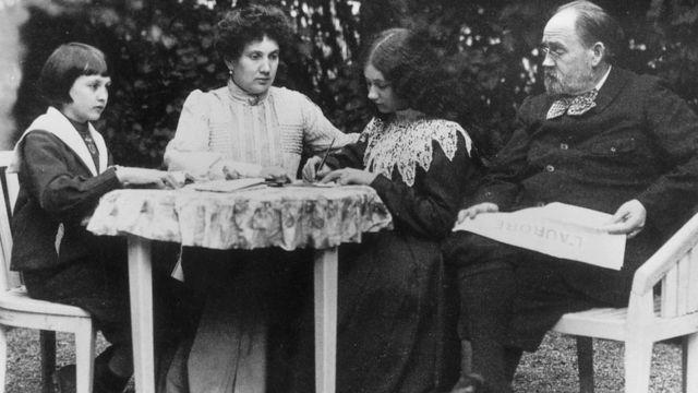 Zola con sus hijos y su amante, Jeanne Rozerot