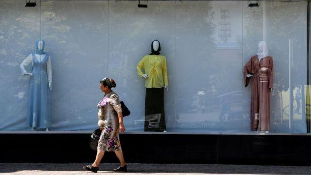 Una mujer camina por una calle en Chechenia.
