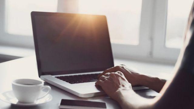 Una persona usando una laptop
