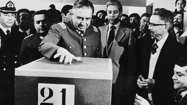Augusto Pinochet votando en el referéndum en 1980.