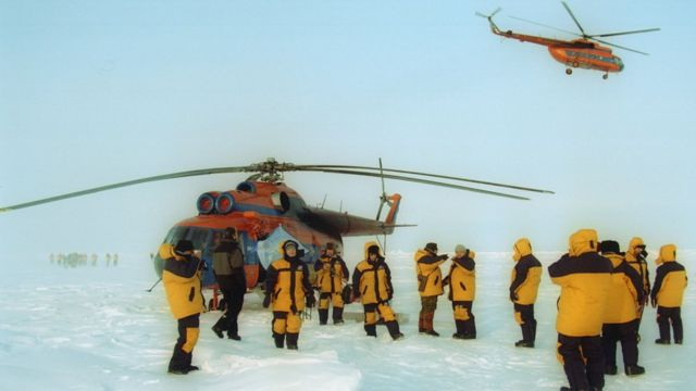 Туристический по лет на полюс в 2002 году - как и теперь, добравшись в Арктику на Ан-74, дальше летают на вертолетах Ми-8