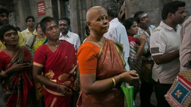 मंदिर मुण्डन से प्राप्त बालों की नीलामी करते हैं.