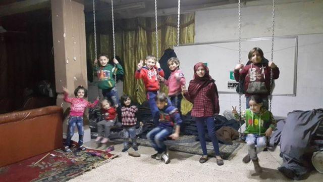 Qanlı gündən sonra sığınacaqda uşaqlarımızın qələbə işarəsi ilə fotosu
