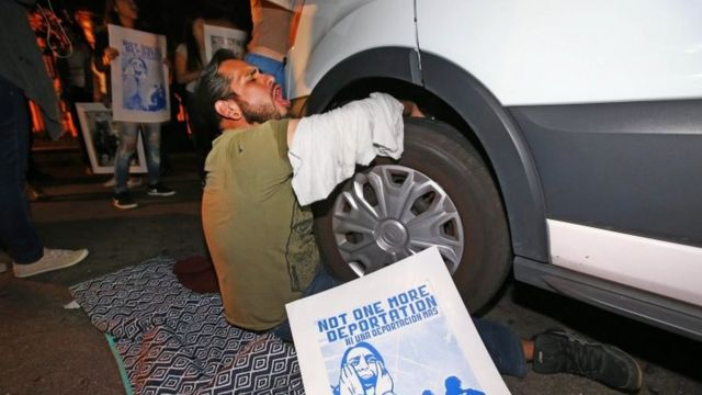 Un manifestante se encadenó a la camioneta que se cree transportaba a García de Rayo
