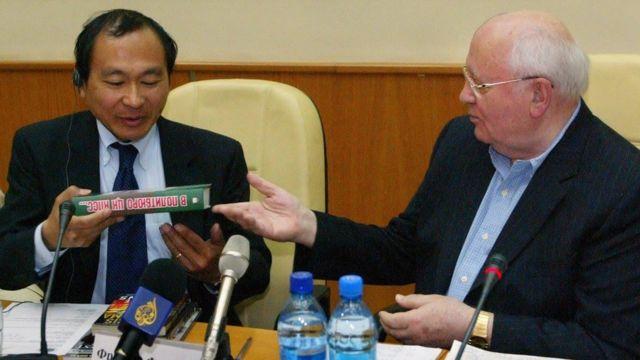 Triết gia, nhà nghiên cứu chính trị học Francis Fukuyama nhận sách từ Mikhail Gorbachev trong một lần thăm Moscow năm 2007