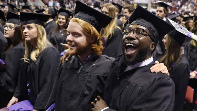 Estudiantes en la graduación en Emerson College, en Boston