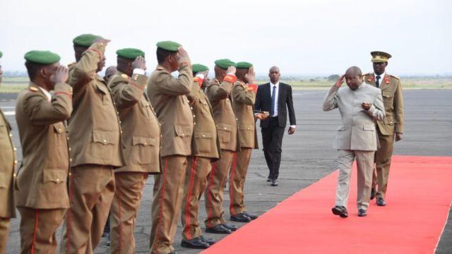 Perezida Ndayishimiye asezera ku basirikare mu Burundi mbere yo kwerekeza muri Kenya