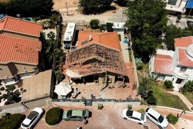 Uma casa foi danificada por um foguete lançado na cidade israelense de Sderot, neste sábado