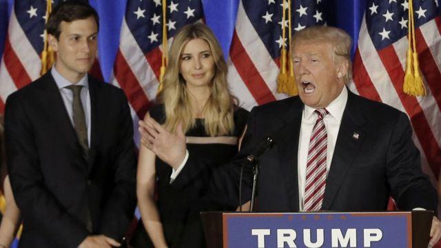Donald Trump habla mientras Jared Kushner y su hija Ivanka observan.