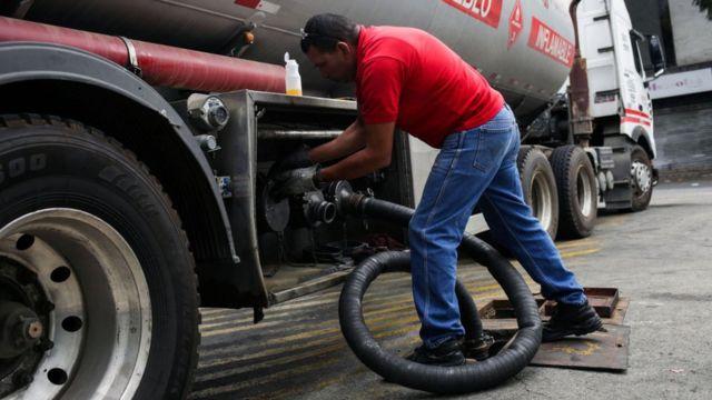 Hombre cargando un camión de gasolina