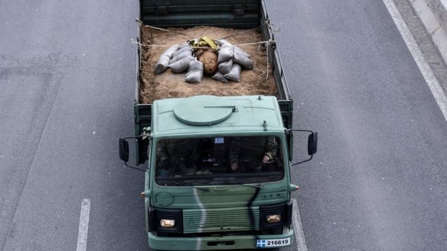 الجيش اليوناني ينقل القنبلة إلى موقع عسكري بعد إبطال مفعولها
