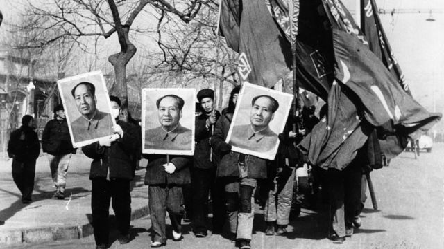 يحمل أعضاء الحرس الأحمر صوراً كبيرة لماو تسي تونغ أثناء مسيرة في شوارع بكين ، 1967