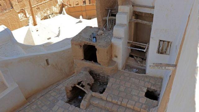 أحد المهندسين يقول إن أساسات القصر في خطر.