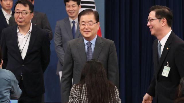 대북 특별사절단 단장인 정의용 청와대 국가안보실장이 6일 오전 서울 청와대 춘추관에서 열린 김정은 북한 국무위원장과의 면담 성과 발표 브리핑을 마치고 취재진과 인사를 나누고 있다