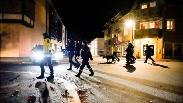 Policías en la escena sospechosa en Kongsberg